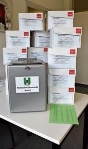 Die Urne für das Wahllokal und die Kartonschachteln, in denen die Stimmzettel abgelegt werden, sind bereit. (Bild: Heini Schwendener)