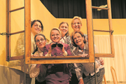 Jede will den besten Fensterplatz: Sechs Damen beobachten ihr Objekt der Begierde. (Bild: Hannes Bucher, Wauwil, 17. Oktober 2019)