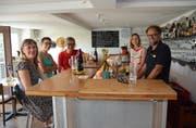 Das Teufner Baradies-Team unterhält sich mit den ersten Gästen. (Bild: Karin Erni)