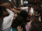 Wegen höheren Billettpreisen: In der chilenischen Hauptstadt Santiago kam es zu Auseinandersetzungen zwischen Metro-Fahrgästen und dem Sicherheitspersonal. (Bild: KEYSTONE/EPA EFE/ELVIS GONZÁLEZ)