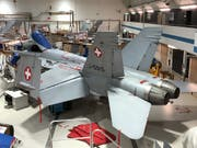 Eine F/A-18 wird im Hangar der Ruag in Emmen LU überprüft. (Bild: KEYSTONE/BUNDESAMT FÜR RÜSTUNG (ARMASUISS)