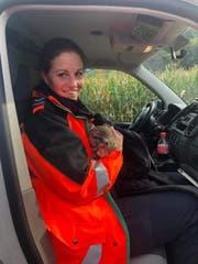 Der Mäusebussard war am Kopf verletzt und wurde zum Greifvogelpark Buchs gebracht. (Bild: Kapo SG)