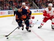 Der Schweizer NHL-Stürmer Gaëtan Haas stand beim 2:1-Heimsieg von Edmonton gegen Detroit wieder einmal im Einsatz, nachdem er zuletzt drei Spiele in Folge überzählig gewesen war (Bild: KEYSTONE/AP The Canadian Press/CODIE MCLACHLAN)