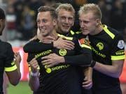 Nicolas Bürgy (links) wird von Fabian Lustenberger (Mitte) und Frederik Sörensen zum Treffer beglückwünscht (Bild: KEYSTONE/PETER SCHNEIDER)