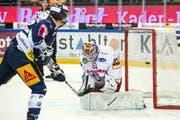 Zugs Yannick Zehnder gegen Rapperswils Goalie Noël Bader (KEYSTONE/Alexandra Wey)