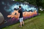 Ein Sprayer fertigt ein Kunstwerk an der Holzwand auf der Kreuzbleiche an. (Bilder: PD)