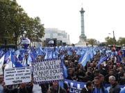 Überlastet, ausgelaugt, suizidgefährdet: Tausende Polizistinnen und Polizisten gingen am Mittwoch in Paris auf die Strasse. (Bild: KEYSTONE/EPA/IAN LANGSDON)