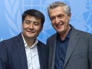 «Leuchtendes Beispiel dafür, wie ein Einzelner viele inspirieren kann»: Nansen-Preisträger Asisbek Aschurow (links) mit UNHCR-Chef Filippo Grandi in Genf. (Bild: KEYSTONE/MARTIAL TREZZINI)