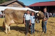 Selina, Anja und Salome (von rechts) sind stolz auf ihre Kuh Fanny, die neue «Miss Mogelsberg». (Bild: Fränzi Göggel)