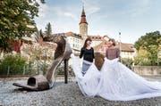 Die beiden Bildhauerinnen Susan Kopp und Brigitte Schneider bei der Enthüllung ihres Kunstwerkes. (Bild: Andrea Stalder)