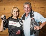 Graziella und Erich Thoma: Sie hat sich für die Europa-League-Partien in St.Gallen das neue Lugano-Trikot gekauft. (Bild: Hanspeter Schiess)