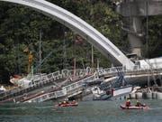 Beim Einsturz einer Brücke in Taiwan sind laut Angaben vom Mittwoch mindestens vier Personen ums Leben gekommen. (Bild: KEYSTONE/EPA/RITCHIE B. TONGO)