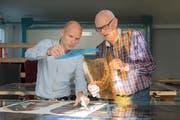 Pascal Engeler und sein Vater Albin Engeler bauen 2000 Glasstücke zu mosaikartigen Bildern zusammen. (Bilder: Lisa Jenny)