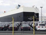 Der US-Automarkt schwächelt - aber etwa der deutsche Fahrzeugkonzern Mercedes-Benz kann sich dem rückläufigen Trend widersetzen. (Bild: KEYSTONE/EPA/FOCKE STRANGMANN)