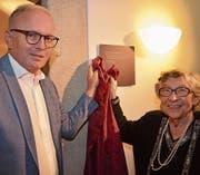 Ortsgemeindepräsident Norbert Hodel enthüllt mit Margaretha Bürgi Wellauer die Tafel beim Gewölberaum.Bild: PD