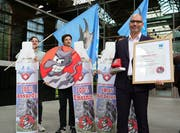 Markus Klinkmueller, Geschäftsführer von Swiss Air Deluxe, posiert anlässlich der Vergabe des Schmähpreises der Alpen-Initiative für den unsinnigsten Transport. (Bild: Keystone/Laura Zimmermann)