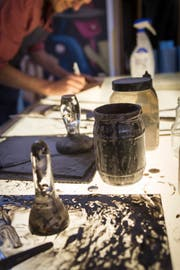 Die Glasmaler arbeiteten schon vor 500 Jahren mit Schwarzlot, einer speziellen Farbe, um Formen zu schattieren.