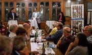David Zuberbühler, Moderator Max Koch und Jennifer Abderhalden am Podium in der «Linde» Heiden. Bild: David Scarano