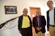 Peter Eggenberger (rechts) vermittelte die Schenkung des Gewehrs durch Bernhard Lämmli. (Bild: Isabelle Kürsteiner)
