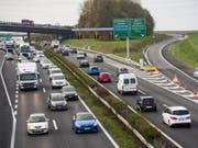 In der Schweiz wurden im September deutlich mehr neue Autos zugelassen als noch vor einem Jahr. Damals hatten allerdings neu eingeführte Abgasnormen Lieferschwierigkeiten zur Folge. (Bild: KEYSTONE/LAURENT GILLIERON)