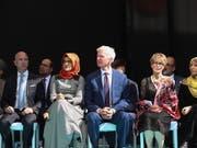 An der Gedenkfeier für den ermordeten Journalisten Jamal Khashoggi am Tatort in Istanbul nahmen unter anderem seine türkische Verlobte Hatice Cengiz (mit orangem Kopftuch) und «Washington Post»-Besitzer Jeff Bezos (ganz links) teil. (Bild: KEYSTONE/EPA/TOLGA BOZOGLU)