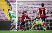 Ermedin Demirovic (links) erzielt in der 47. Minute seinen zweiten Treffer gegen Servettes Goalie Jeremy Frick. (Bild: Valentin Flauraud/Keystone)