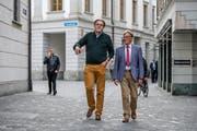 Der abgewählte Nationalrat Peter Schilliger (FDP, links) und Markus Zenklusen (Parteipräsident der FDP) auf dem Weg zum Regierungsgebäude.