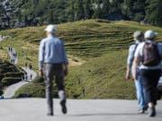 Wanderer im Diemtigtal im Berner Oberland. (Bild: KEYSTONE/PETER SCHNEIDER)