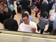 Manuel Strupler (SVP) schaut sich die Wahlresultate an. (Bild: Silvan Meile)