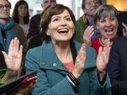 Jubel bei den Grünen: Parteipräsidentin Regula Rytz. (Bild: KEYSTONE/PETER SCHNEIDER)