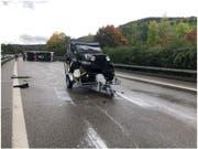 Das gekippte Wohnmobil und der von ihm getrennte Anhänger samt aufgeladenem Jeep nach dem Unfall. (Bild: Kantonspolizei Basel-Landschaft)