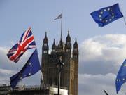 Das Brexit-Drama dauert an: Das britische Unterhaus hat Premierminister Boris Johnson dazu gezwungen, bei der EU eine erneute Brexit-Verschiebung zu beantragen. Johnson stellte den geforderten Antrag, machte aber gleichzeitig klar, dass er den Austritt bis zum 31. Oktober durchbringen will. (Bild: Keystone/AP/KIRSTY WIGGLESWORTH)