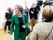 Im Fokus der Kameras: Manuela Weichelt-Picard freut sich über die Wahl. Bild: Stefan Kaiser (Zug, 20. Oktober 2019)