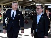 Ankunft nach 19 Stunden in der Luft: Qantas-Flugkapitän Sean Golding (Links) und Unternehmenschef Alan Joyce am Flughafen in Sydney. (Bild: KEYSTONE/EPA AAP/BIANCA DE MARCHI)