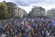 Zehntausende demonstrierten am Samstag in London gegen den Brexit. (Bild: AP)