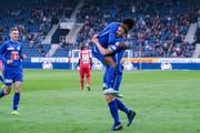 Ibrahima Ndiaye (oben) bedankt sich nach seinem Treffer bei Assistgeber Francesco Margiotta. (Bild: Martin Meienberger/Freshfocus, Luzern, 20. Oktober 2019)