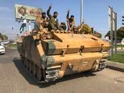 Von der Türkei unterstützte syrische Rebellen in der türkischen Stadt Akcakale bei der Einfahrt nach Nordsyrien. (Bild: KEYSTONE/AP/MEHMET GUZEL)