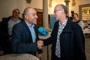 Roland Fischer (GLP, links) und Michael Töngi (Grüne) gratulieren sich gegenseitig zur Wahl in den Nationalrat.