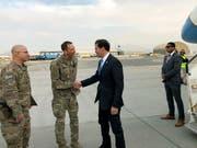 US-Verteidigungsminister Mark Esper wurde bei seiner Ankunft in Kabul von US-Soldaten begrüsst. (Bild: KEYSTONE/AP/LOLITA C. BALBOR)