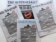 Schwarze Titelbilder am Montag: Protest gegen Einschränkungen der Pressefreiheit in Australien. (Bild: KEYSTONE/AP/RICK RYCROFT)