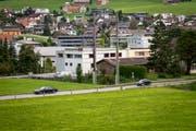 Der geplante Kreisel an der Umfahrungsstrasse in Appenzell soll am westlichen Dorfeingang - im Bild etwa auf der Höhe des linken Autos - zu liegen kommen. (Bild: Claudio Weder)