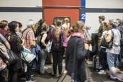 Passagiere warten auf einem Perron am Bahnhof Bern, bis sich die Türen eines Intercitys öffnen. (Bild: Alessandro della Valle/Keystone (7. September 2018))