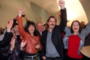 Historischer Moment: Paul Rechsteiner setzt sich bei den Ständeratswahlen 2011 gegen Toni Brunner und Michael Hüppi durch. Die Parteigenossinnen Heidi Hanselmann (links) und Claudia Friedl (rechts) jubeln im Pfalzkeller mit. (Bild: Ralph Ribi)