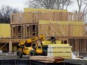 Die Risiken am Immobilienmarkt haben wieder zugenommen (Symbolbild). (Bild: KEYSTONE/AP/SETH WENIG)