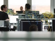 IT-Fachkräfte könnten bald mehr Lohn erhalten (Symbolbild). (Bild: KEYSTONE/CHRISTIAN BEUTLER)