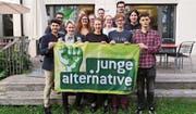 Sie freuen sich über ihr Wahlergebnis: Mitglieder der Jungen Alternative Zug an der Wahlfeier vom Sonntag in Zug. (Bild: PD)