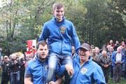 Der Sieger des Rütlischiessens, Raphael Imholz, wird auf den Schultern seiner Vereinskollegen zur Siegerehrung gebracht. (Bild: Paul Gwerder, 20. Oktober 2019)