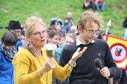 OK Präsident Urs Janett schenkte Festrednerin Karin Kayser einen Ehrenbecher. (Bild: Paul Gwerder, 20. Oktober 2019)