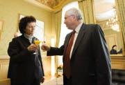 Der abgewählte Bundesrat Christoph Blocher empfängt am 28. Dezember 2007 seine Nachfolgerin Eveline Widmer-Schlumpf in Bern. (Bild: KEYSTONE/Peter Schneider)
