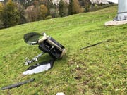 Die zerstörte Gondel der Rotenfluebahn nach dem Absturz. 35'000 Franken kostet eine Gondel. (Bild: KEYSTONE/KANTONSPOLIZEI SCHWYZ)